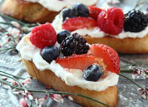 Mascarpone-Berry Crostini
